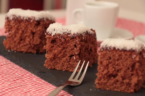 Der perfekte Nachmittagsbegleiter: Schokoladiger Schwedenkuchen mit Kaffee-Kokos-Glasur