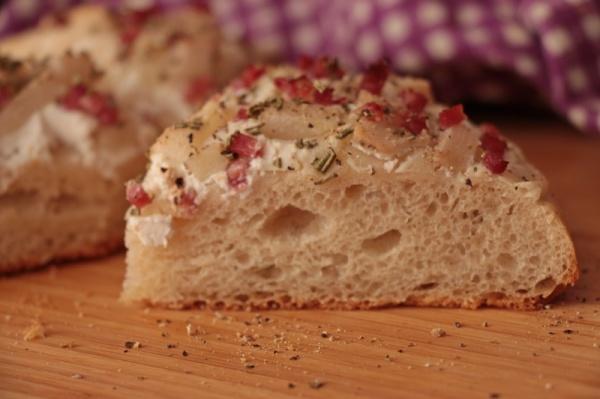 Foccacia-mit-Birnen-Speck-Ziegenfrischkaese