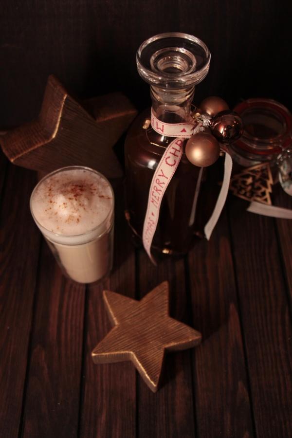 Chai-Sirup und Chai im Glas