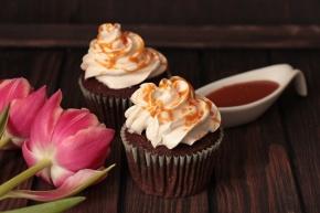 Schoko-Buttermilch-Cupcakes mit Earl-Grey-Häubchen und Salzkaramell