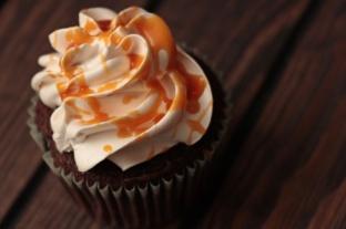 Schoko-Buttermilch-Cupcakes-mit-Earl-Grey-und-Salzkaramell