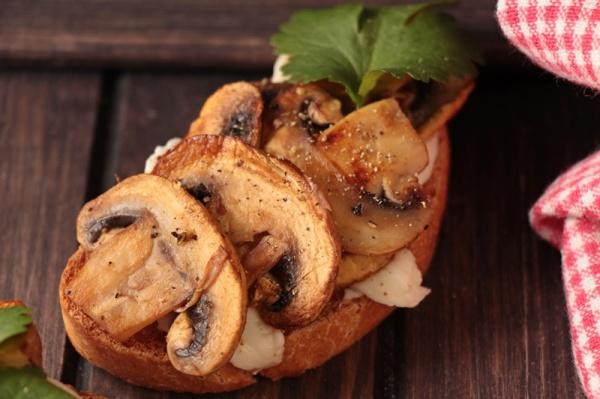 A_Bruschetta-mit-Pilzen-und-Mozarella
