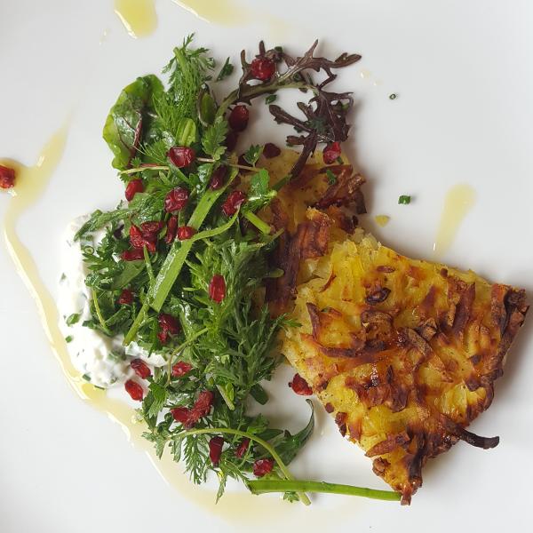 Dibbelabbes (Kartoffelkuchen) mit Wildkräutersalat und Schnittlauchschmand