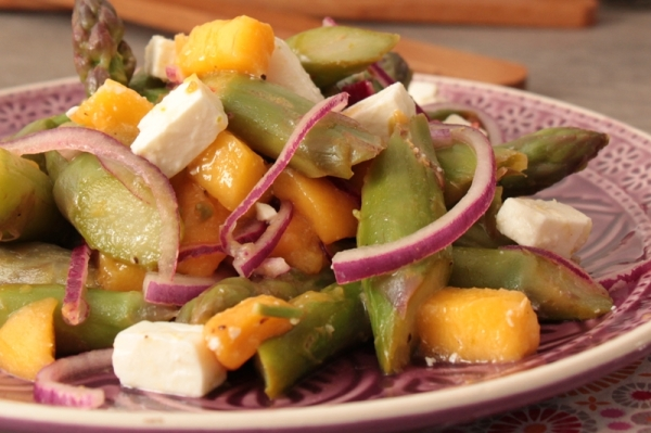 Spargel-Mango-Salat mit Schafskäse und roten Zwiebeln | heissundinnig.com