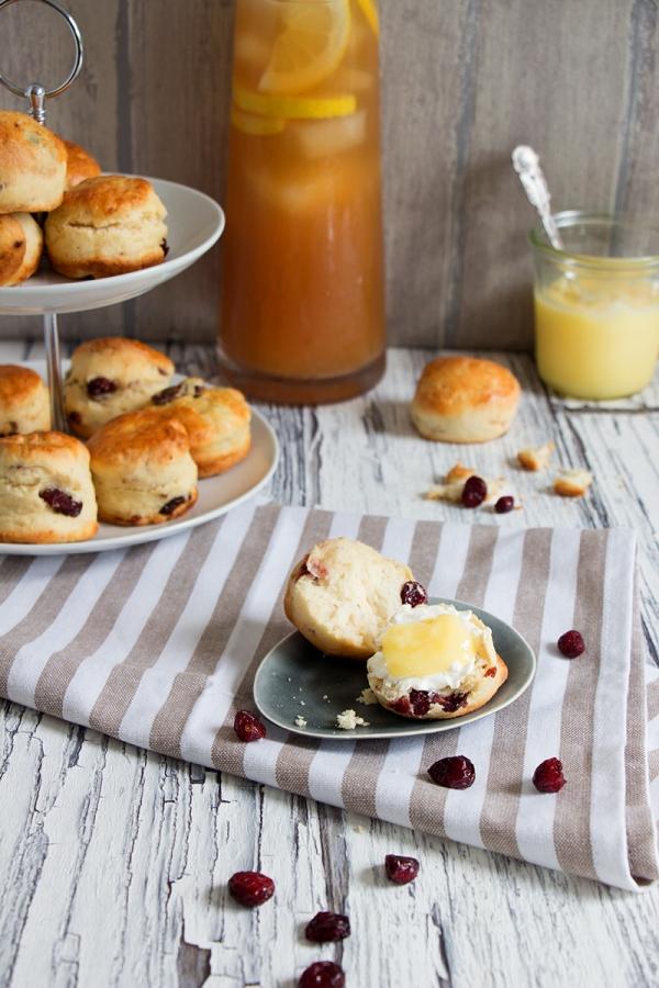 Cranberry-Scones mit Lemon Curd und Earl Grey Eistee